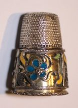 Silver thimble with silver-gilt lining which is mounted with enamelled filigree